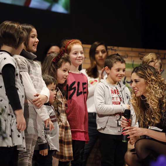 Sara con i bambini di Acquasanta Terme